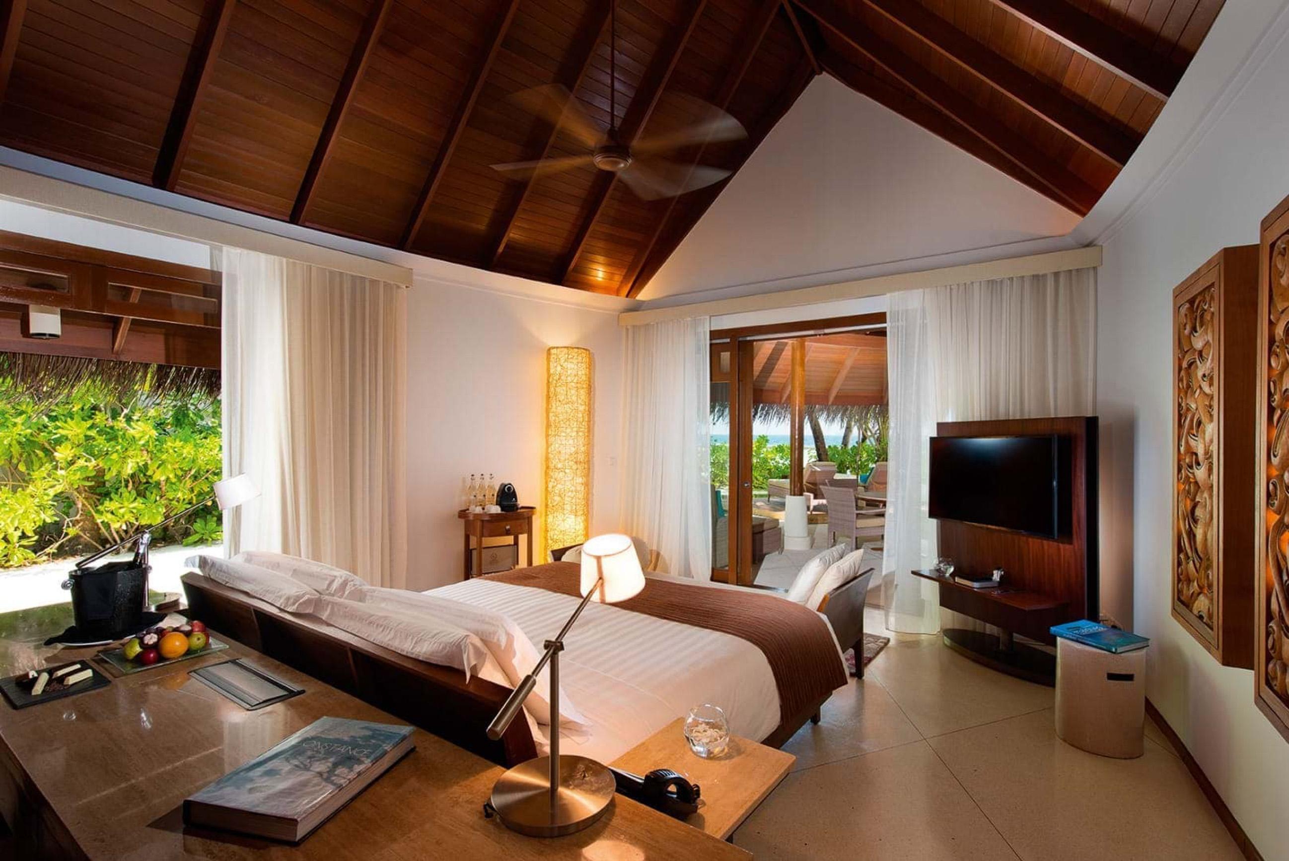 https://bubo.sk/uploads/galleries/16372/halaveli-maldives-2016-family-villa-bedroom-01-2.jpg