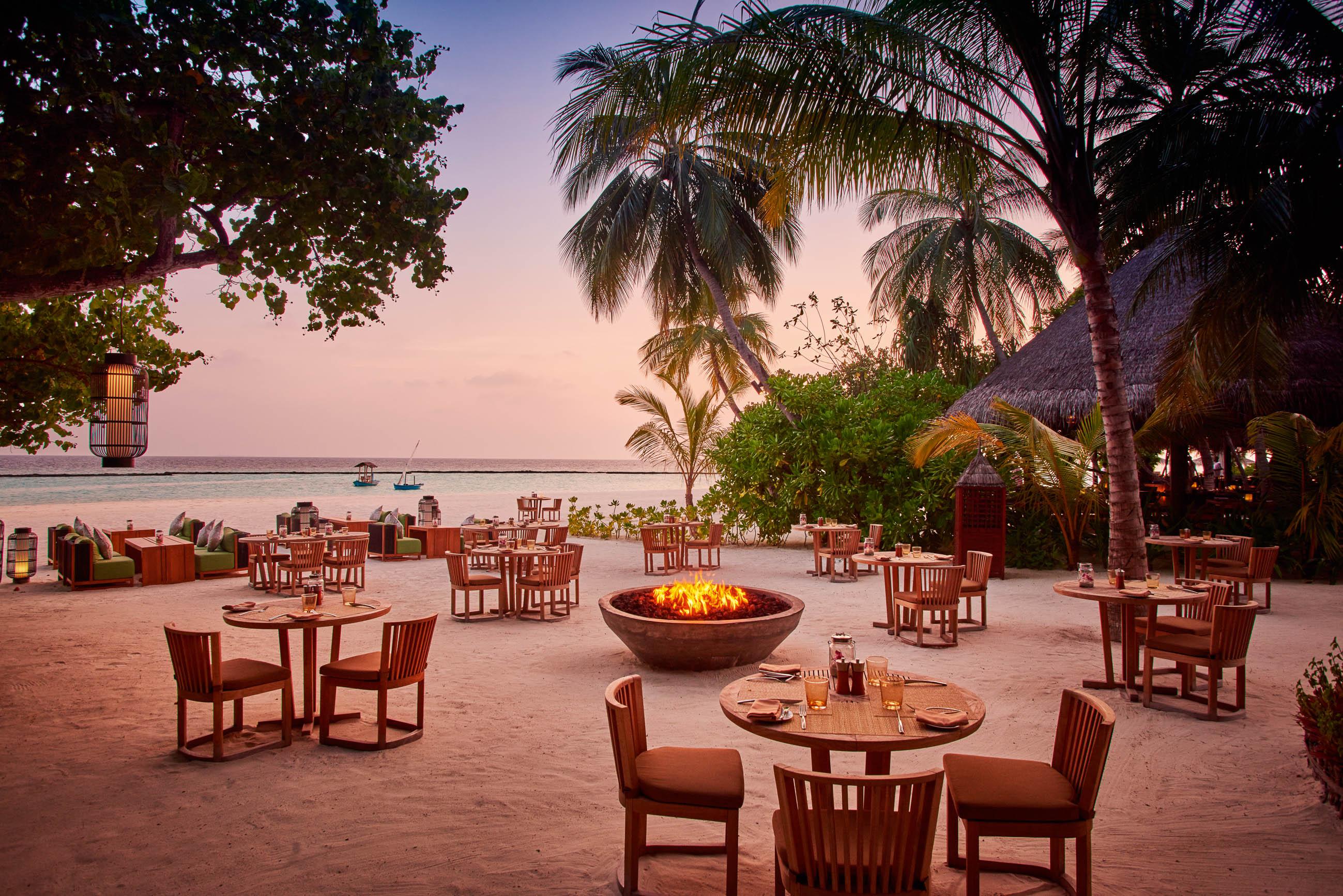 https://bubo.sk/uploads/galleries/16372/halaveli-maldives-2016-meeru-restaurant-01_hd-14.jpg