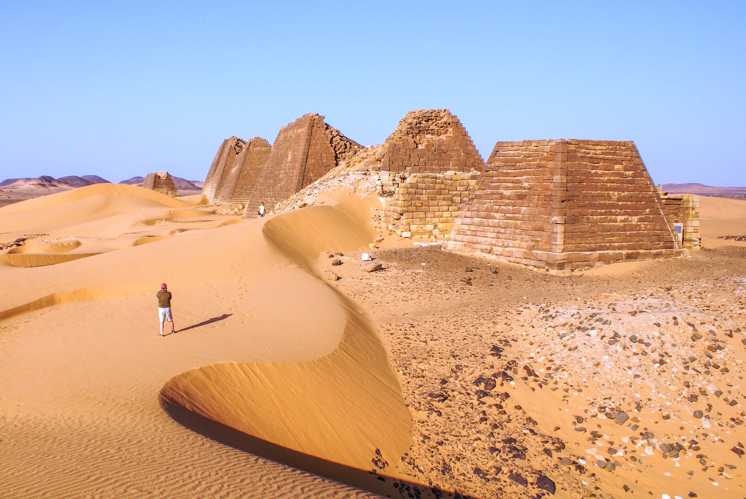 https://bubo.sk/uploads/galleries/17820/lubosfellner_sudan_5-mweroe-uplne-smay-nadhera-spali-sme-medzi-pyramidami.jpg