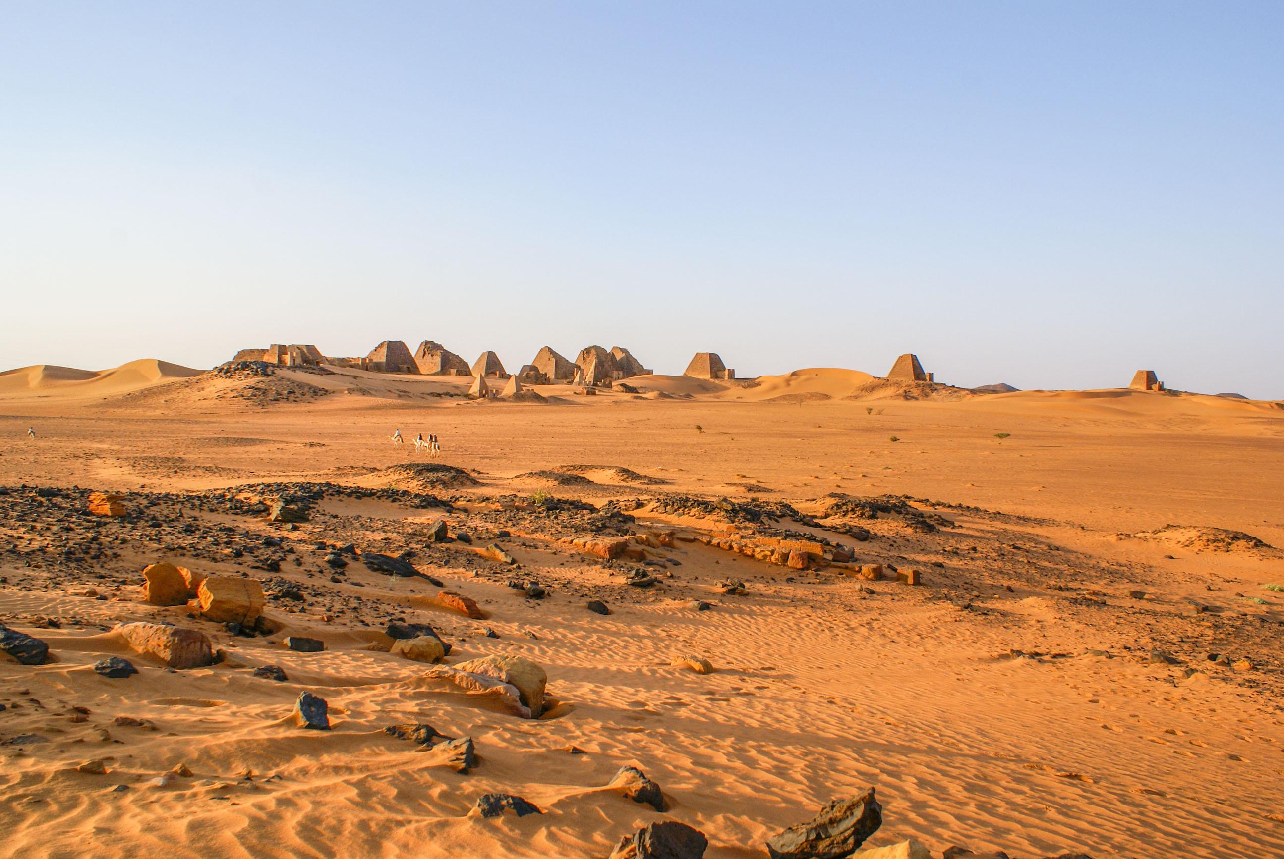 https://bubo.sk/uploads/galleries/17820/lubosfellner_sudan_pyramidy-a-tu-sme-spali-boli-sme-uplne-samy-1-.jpg