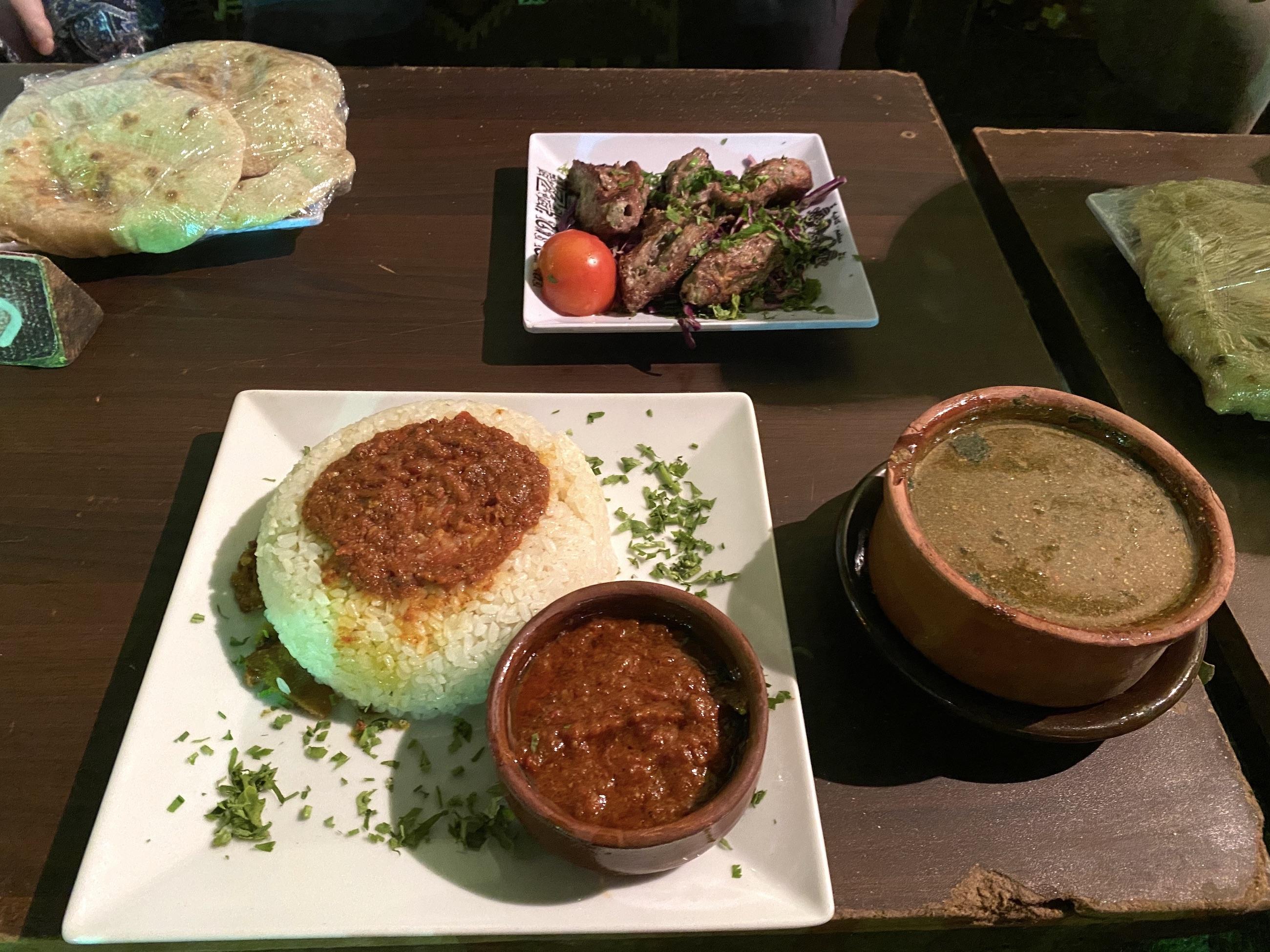 https://bubo.sk/uploads/galleries/18745/gstro-jedlo-na-stole-kahira.jpg