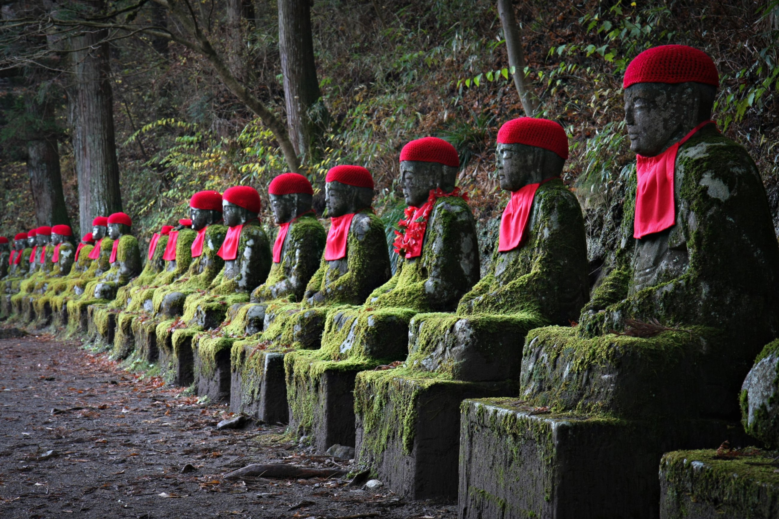 https://bubo.sk/uploads/galleries/3469/japonsko-jizo-statues-in-nikko.jpg