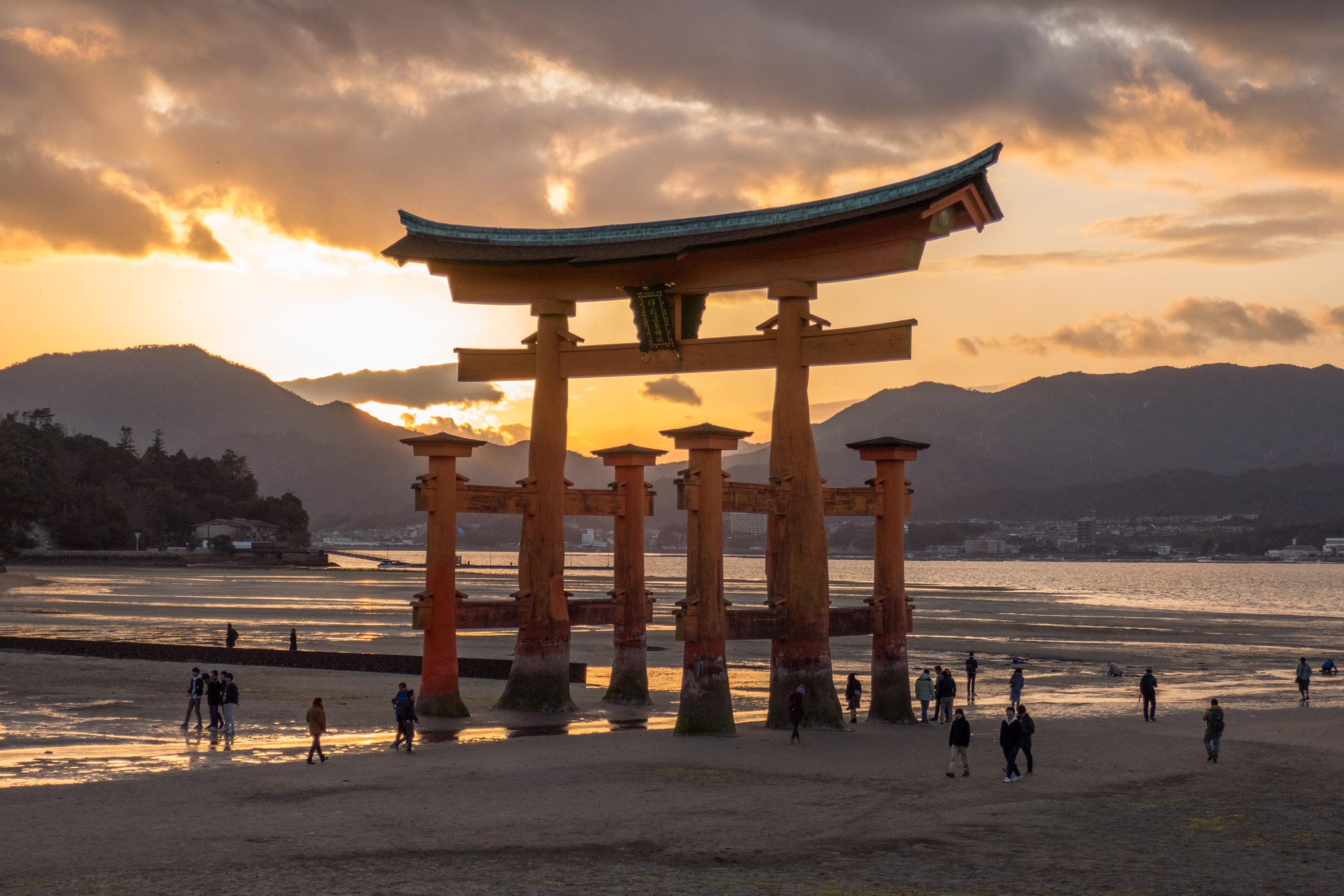 https://bubo.sk/uploads/galleries/3469/martin_simko_tori-brana-na-ostrove-miyajima.jpg