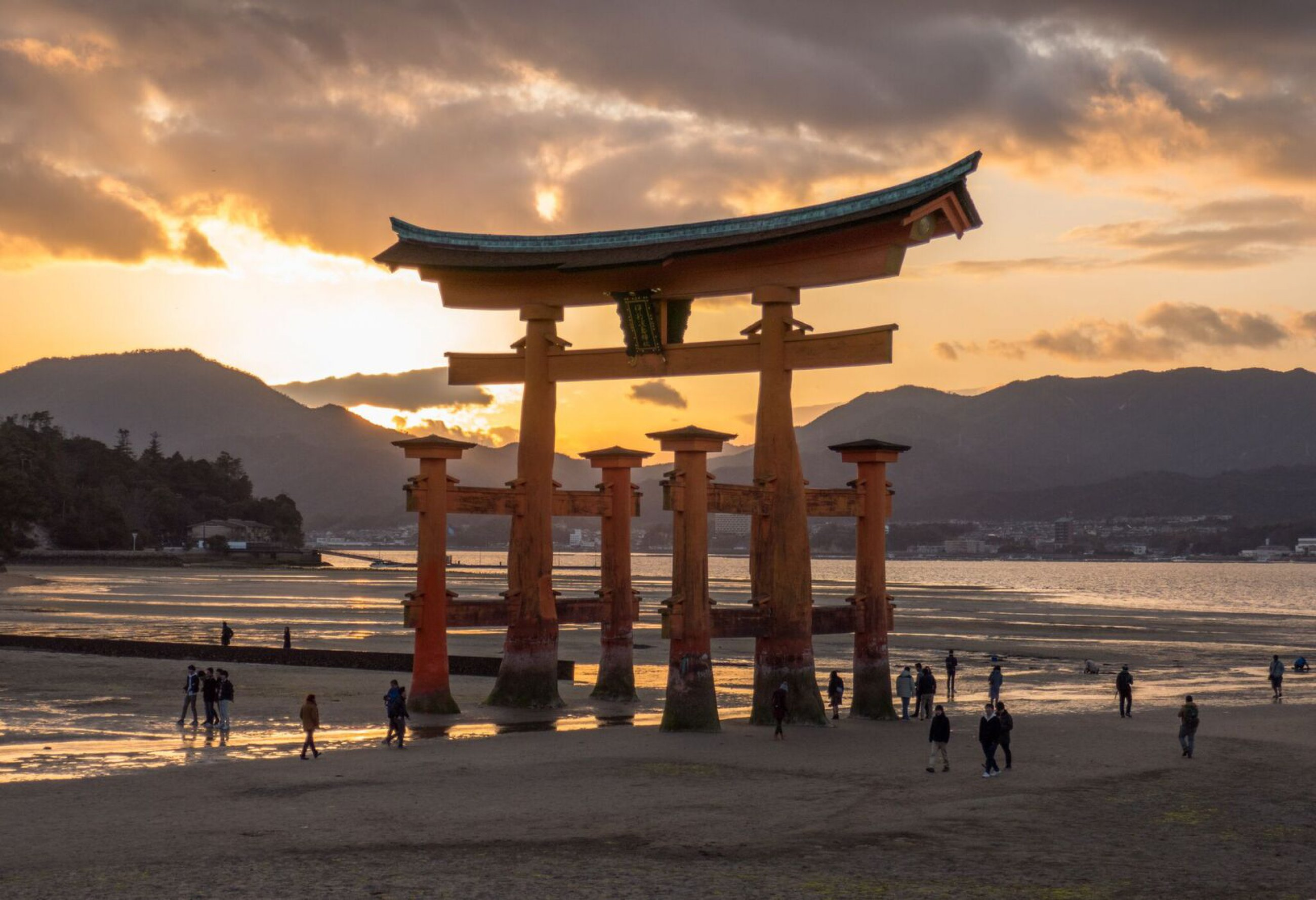 https://bubo.sk/uploads/galleries/4928/martin-simko-tori-brana-na-ostrove-miyajima-preview.jpeg