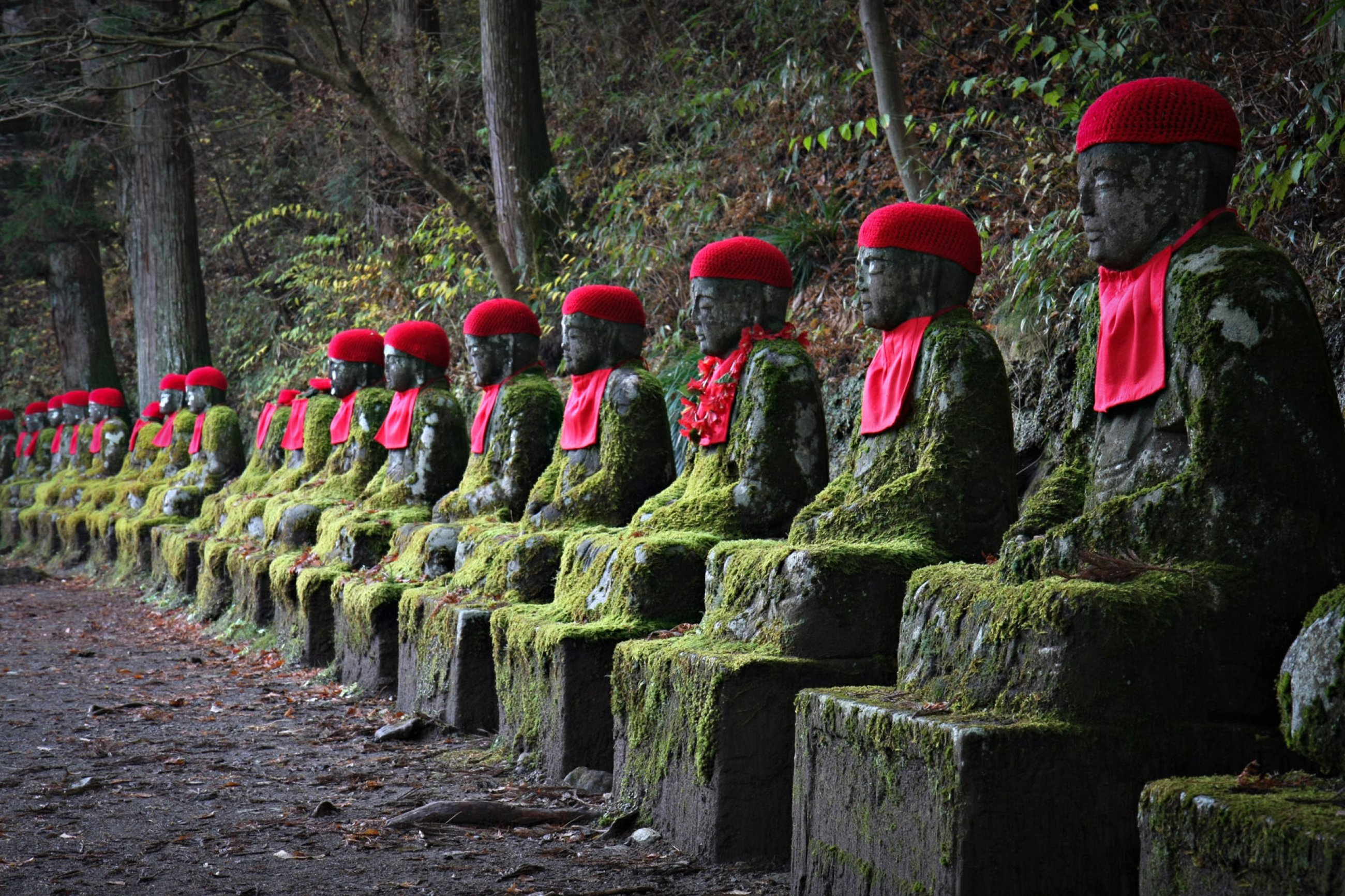 https://bubo.sk/uploads/galleries/4930/japonsko-jizo-statues-in-nikko.jpg