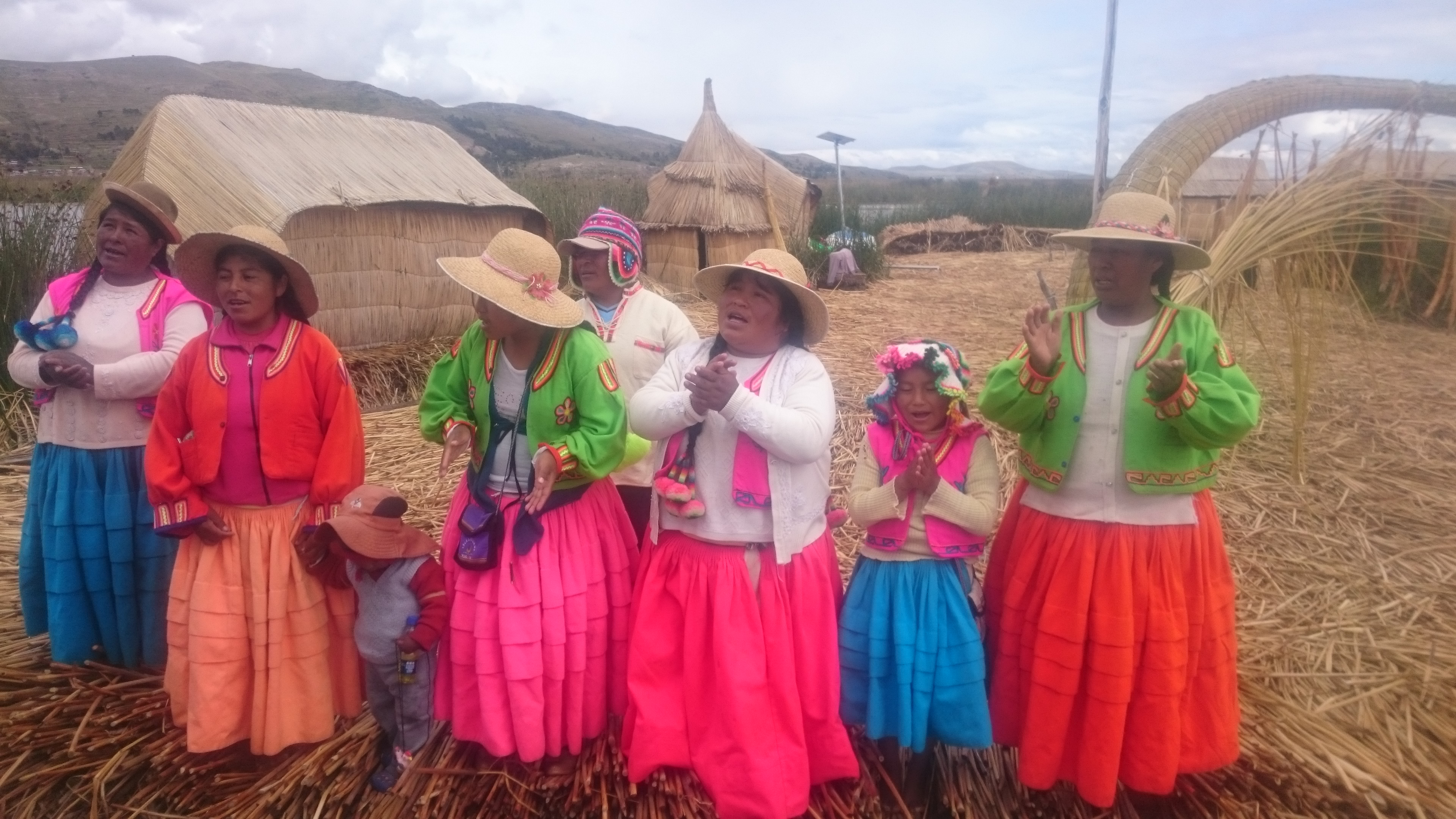 https://bubo.sk/uploads/galleries/5014/spievajuce-indianky-na-plavajucich-ostrovoch-los-uros-na-jazere-titicaca.jpg