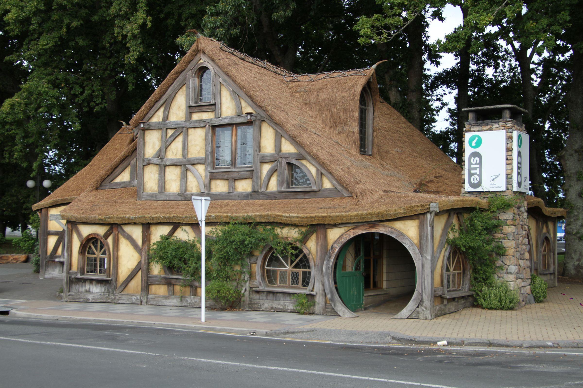 https://bubo.sk/uploads/galleries/5027/marekmeluch_novyzeland_hobbiton-visitor-centre-matamata_vysledok.jpg