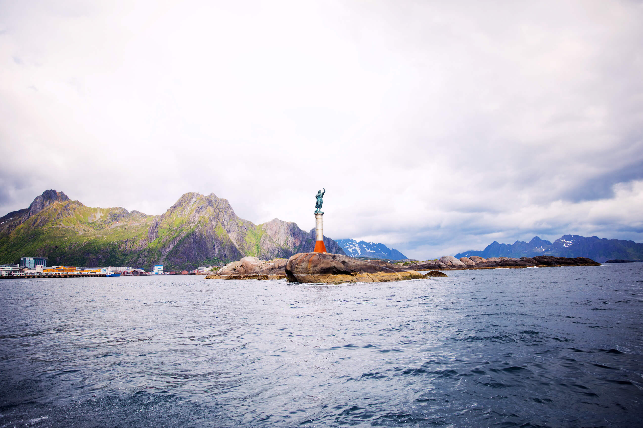 https://bubo.sk/uploads/galleries/5043/fiskerkona-in-svolvar-fisherman-s-wife-the-statue-fiskerkona-in-svolvar-norway-hgr-116723--photo_rune_kongsro.jpg