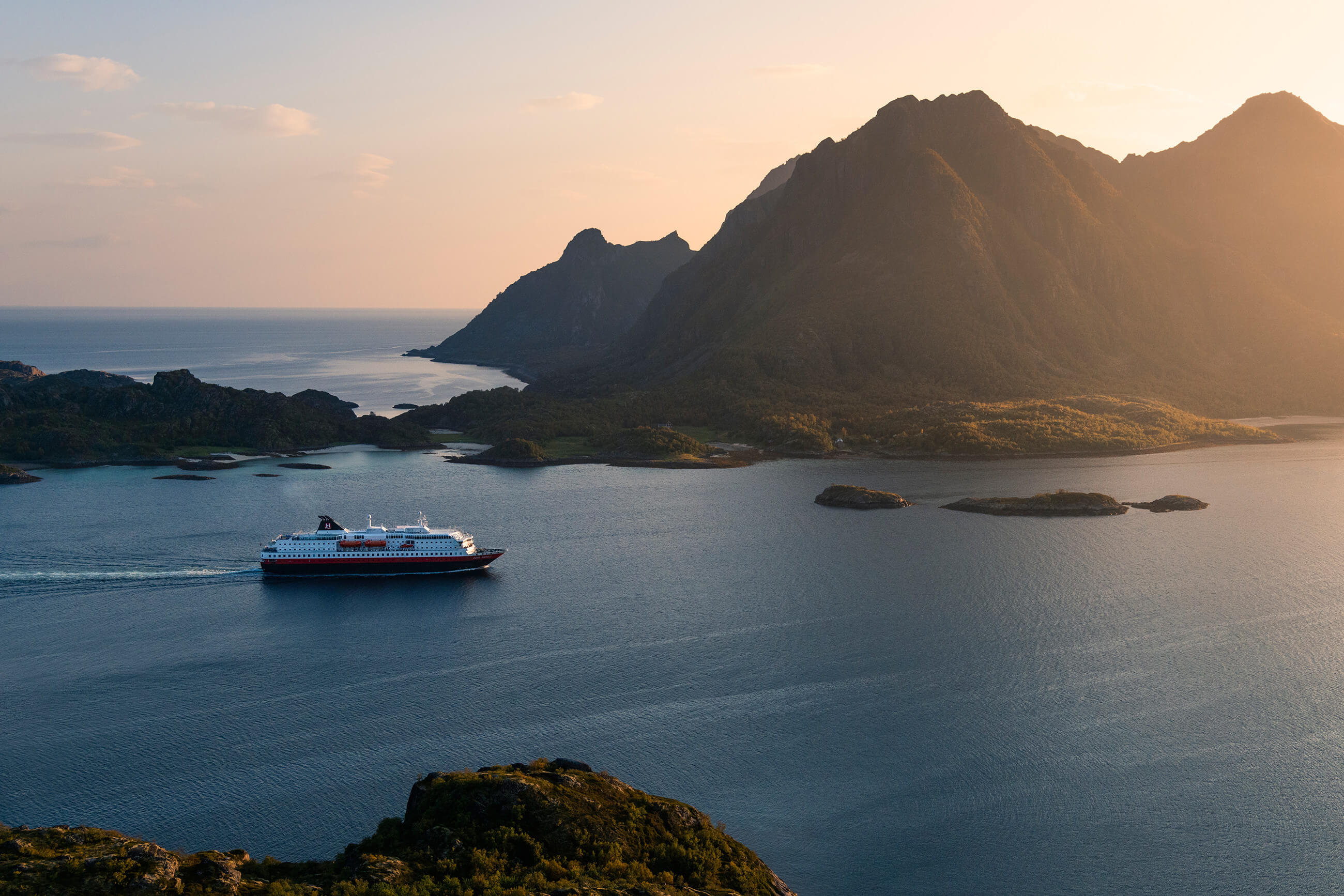 https://bubo.sk/uploads/galleries/5043/ms-kong-harald-litlmolla-lofoten-hgr-125144--photo_stian__klo.jpg