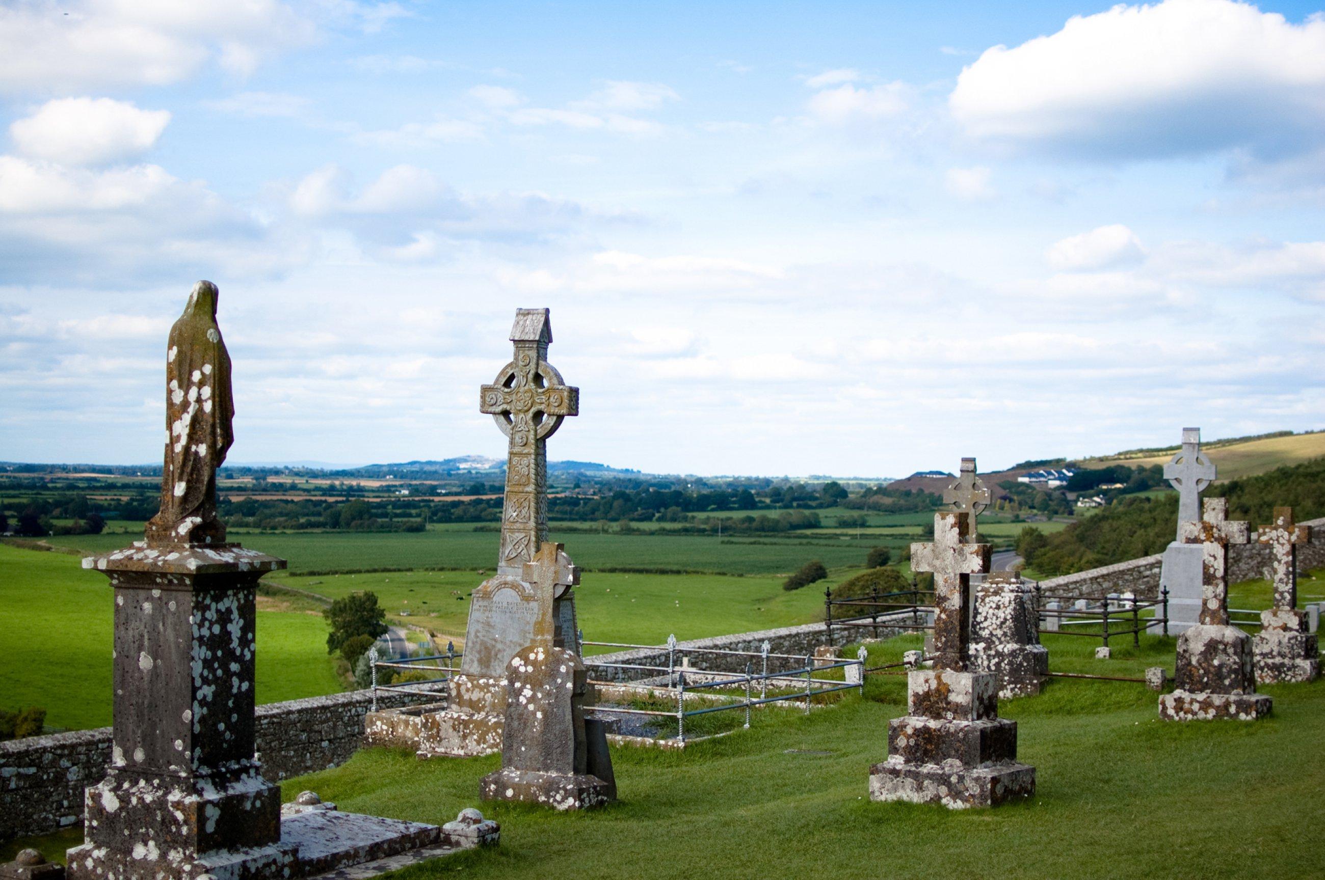 https://bubo.sk/uploads/galleries/5047/rock-of-cashel-cemetery-2.jpg