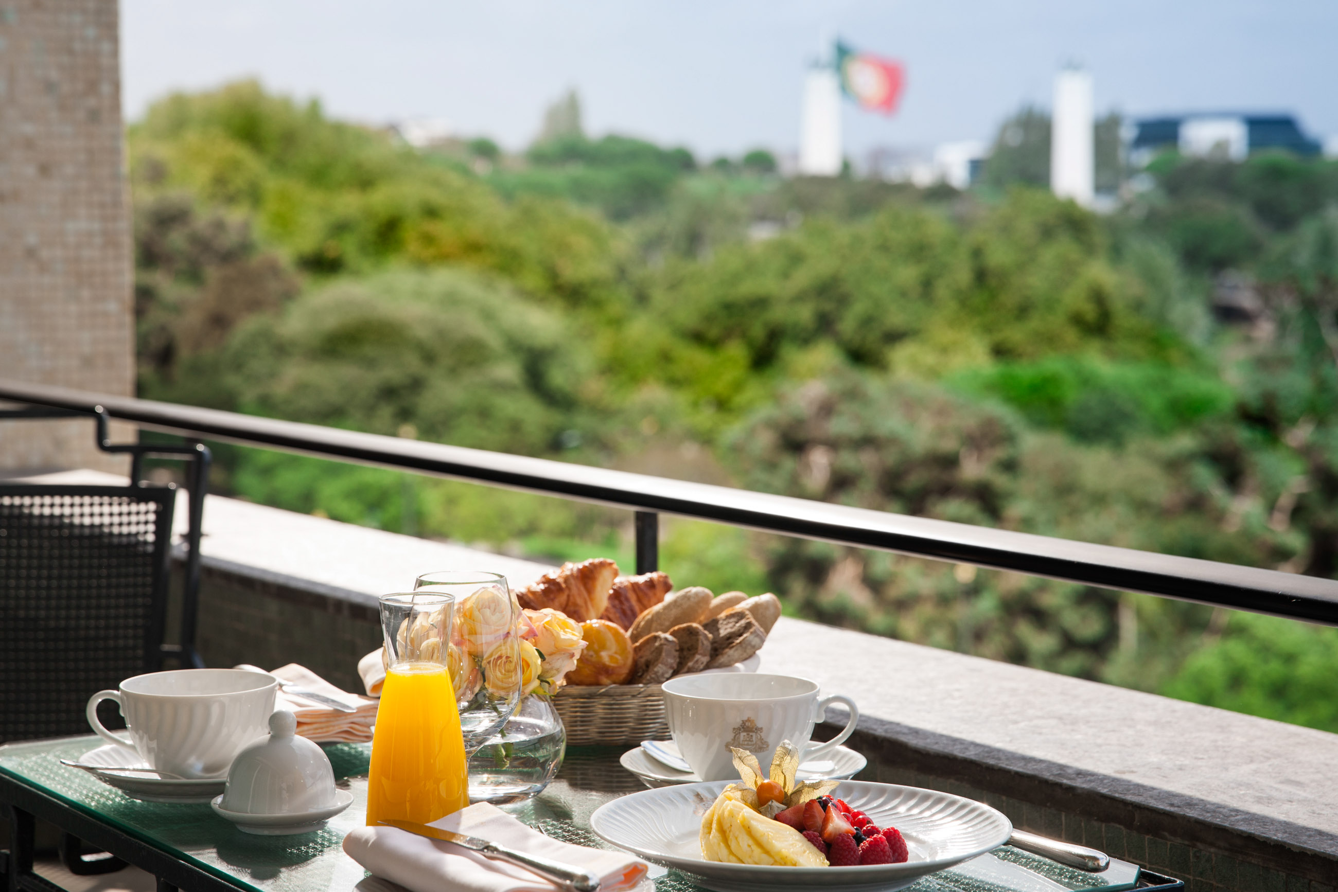 https://bubo.sk/uploads/galleries/5052/fs_lisbon_central_suite_3rd_terrace_breakfast-30695.jpg