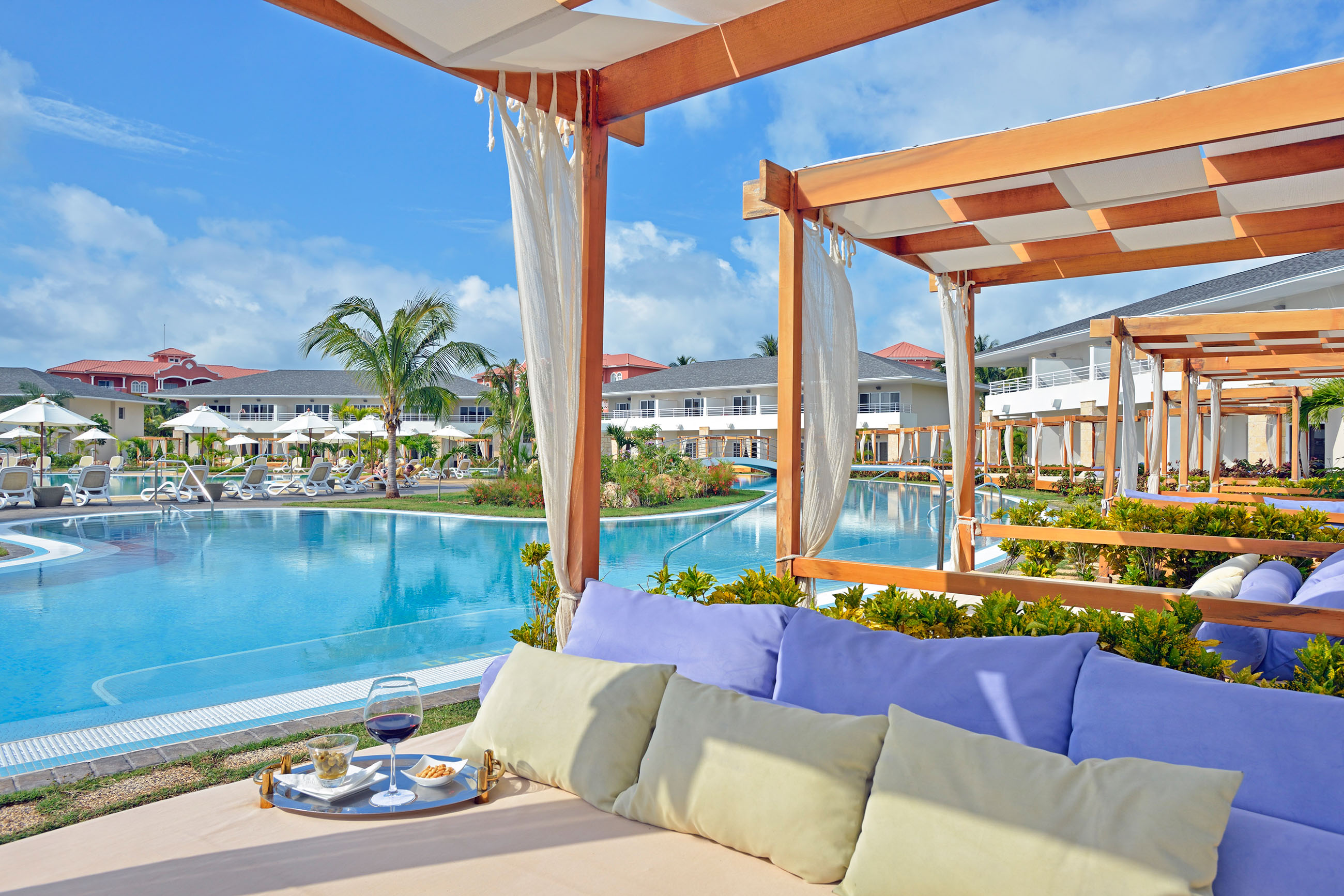 https://bubo.sk/uploads/galleries/7332/136paradisusprincesadelmar-beach_concierge_swim-up_pool_royal_service.jpg