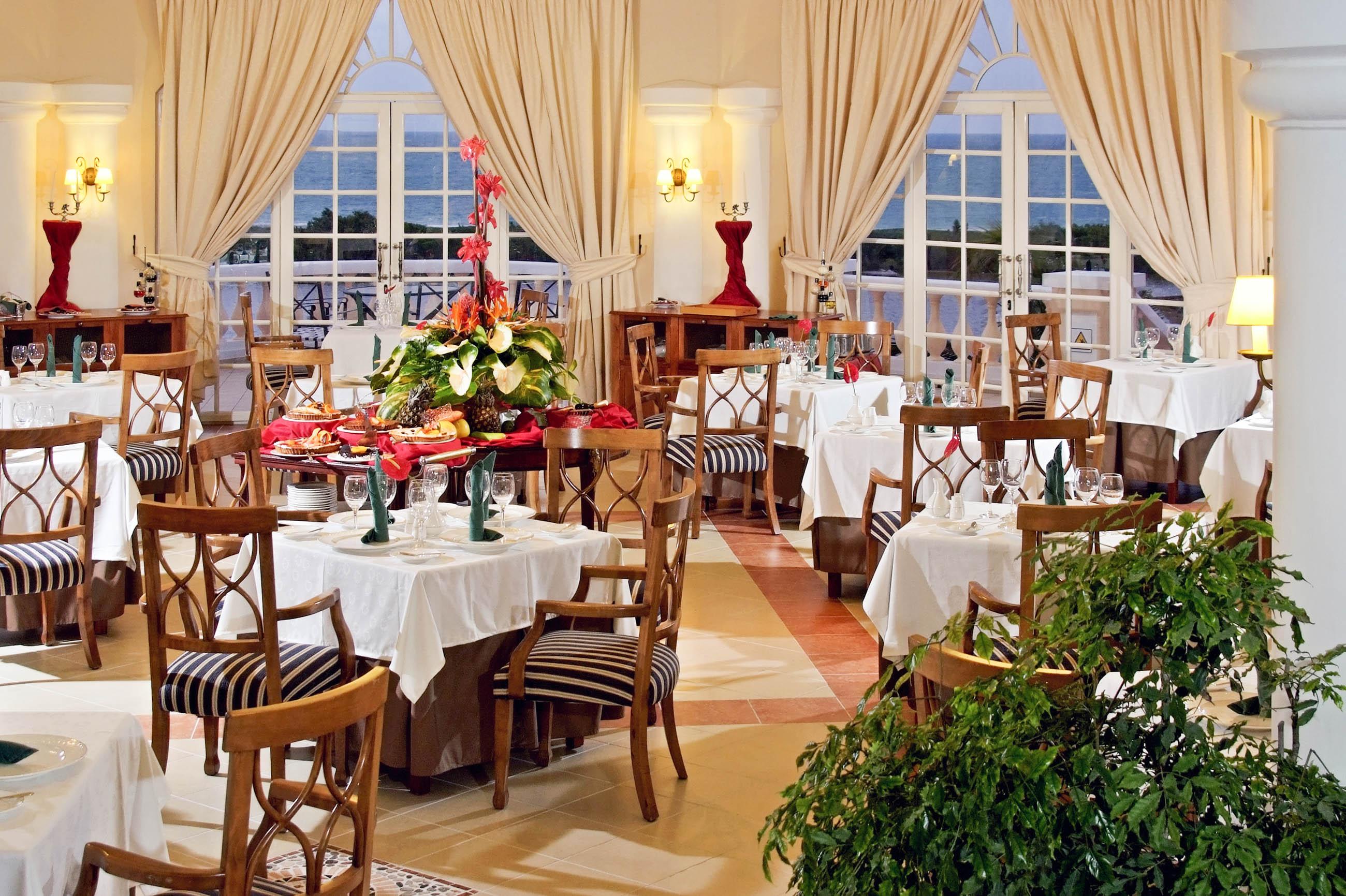 https://bubo.sk/uploads/galleries/7332/151paradisusprincesadelmar-hill_top_hideaway_restaurant_servicio_real_.jpg