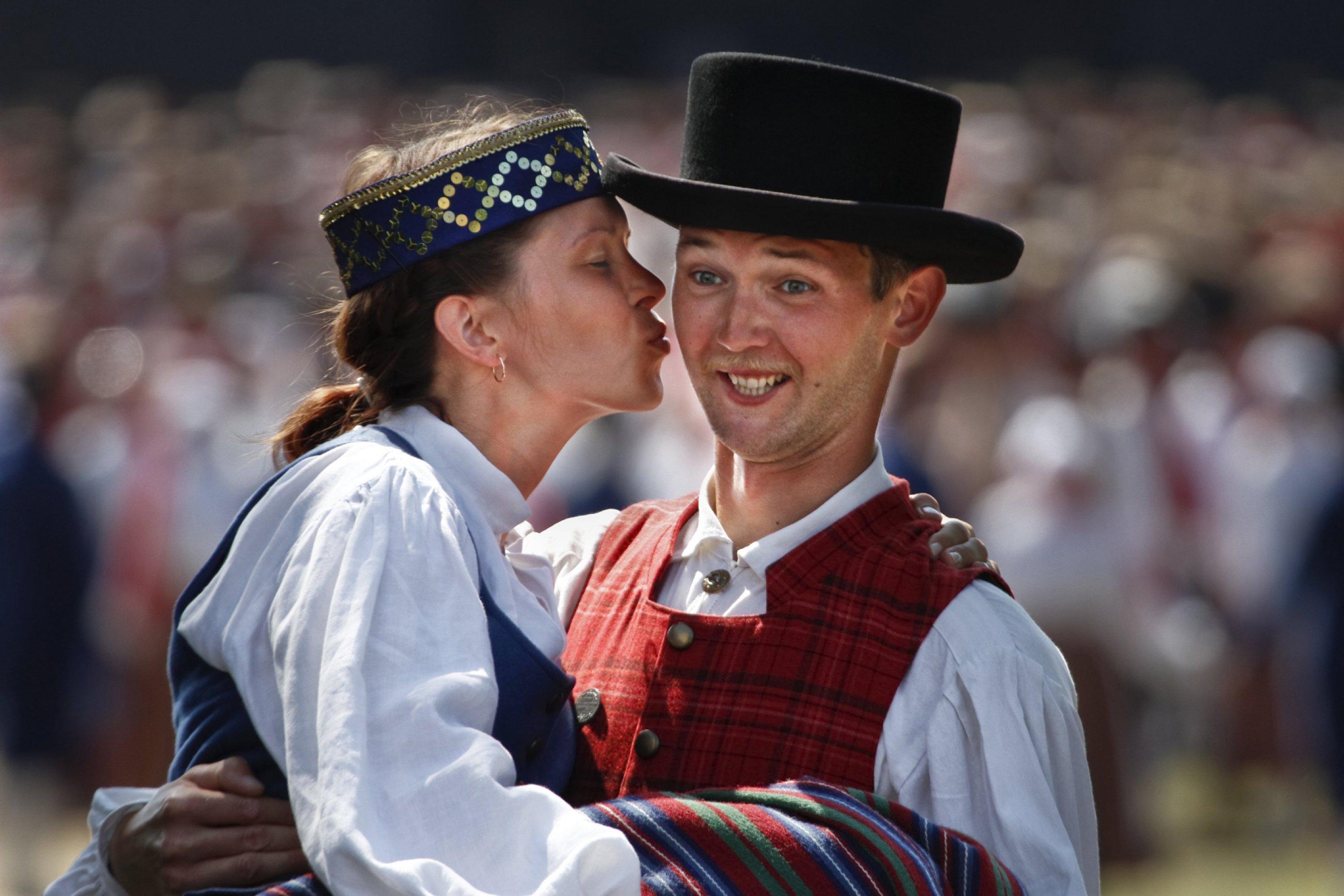 https://bubo.sk/uploads/galleries/7342/estonsko-a-kiss-at-the-dance-festival-visitestonia.jpg