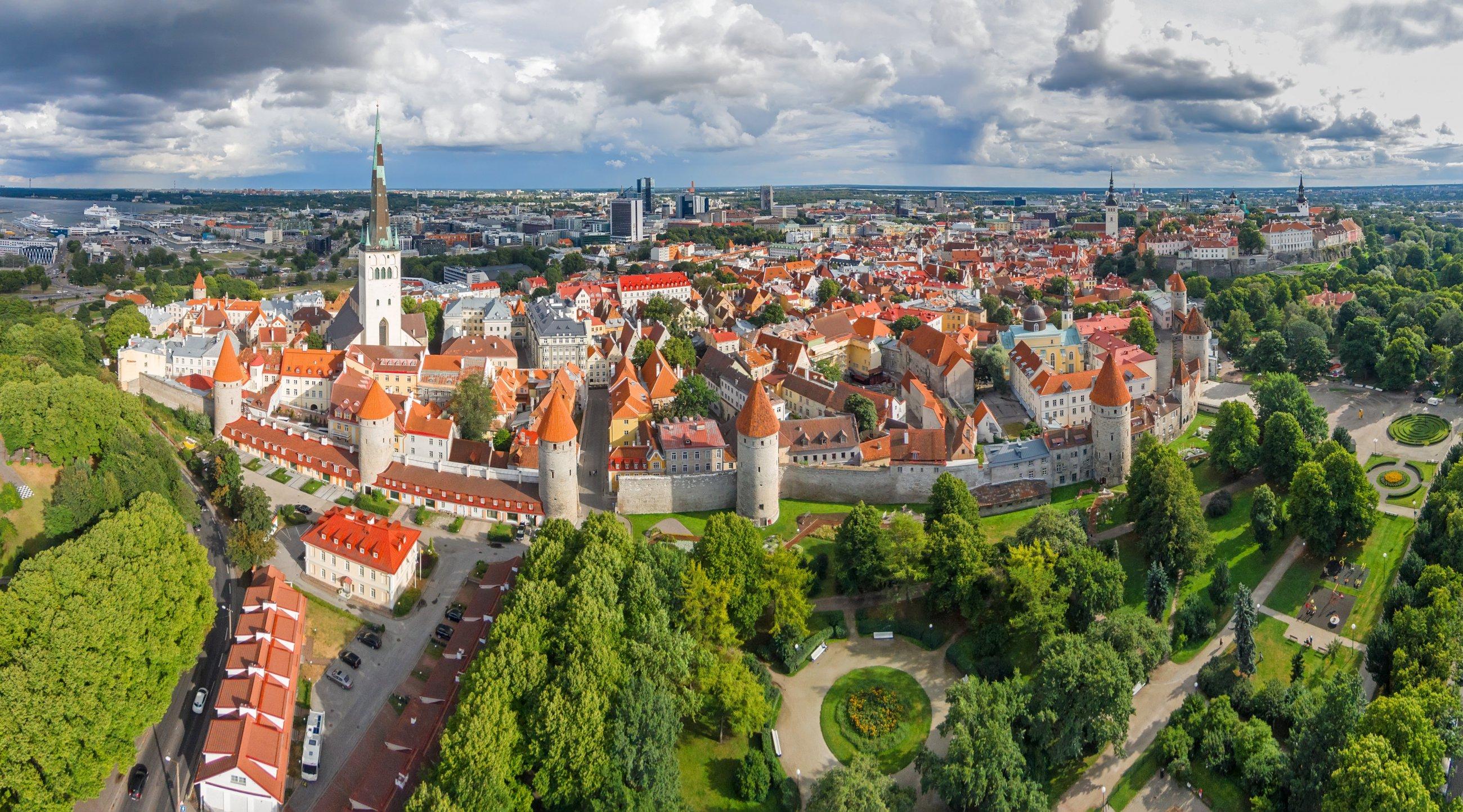 https://bubo.sk/uploads/galleries/7342/estonsko-tallinn-old-town-dji01385-panorama-tornid.jpg