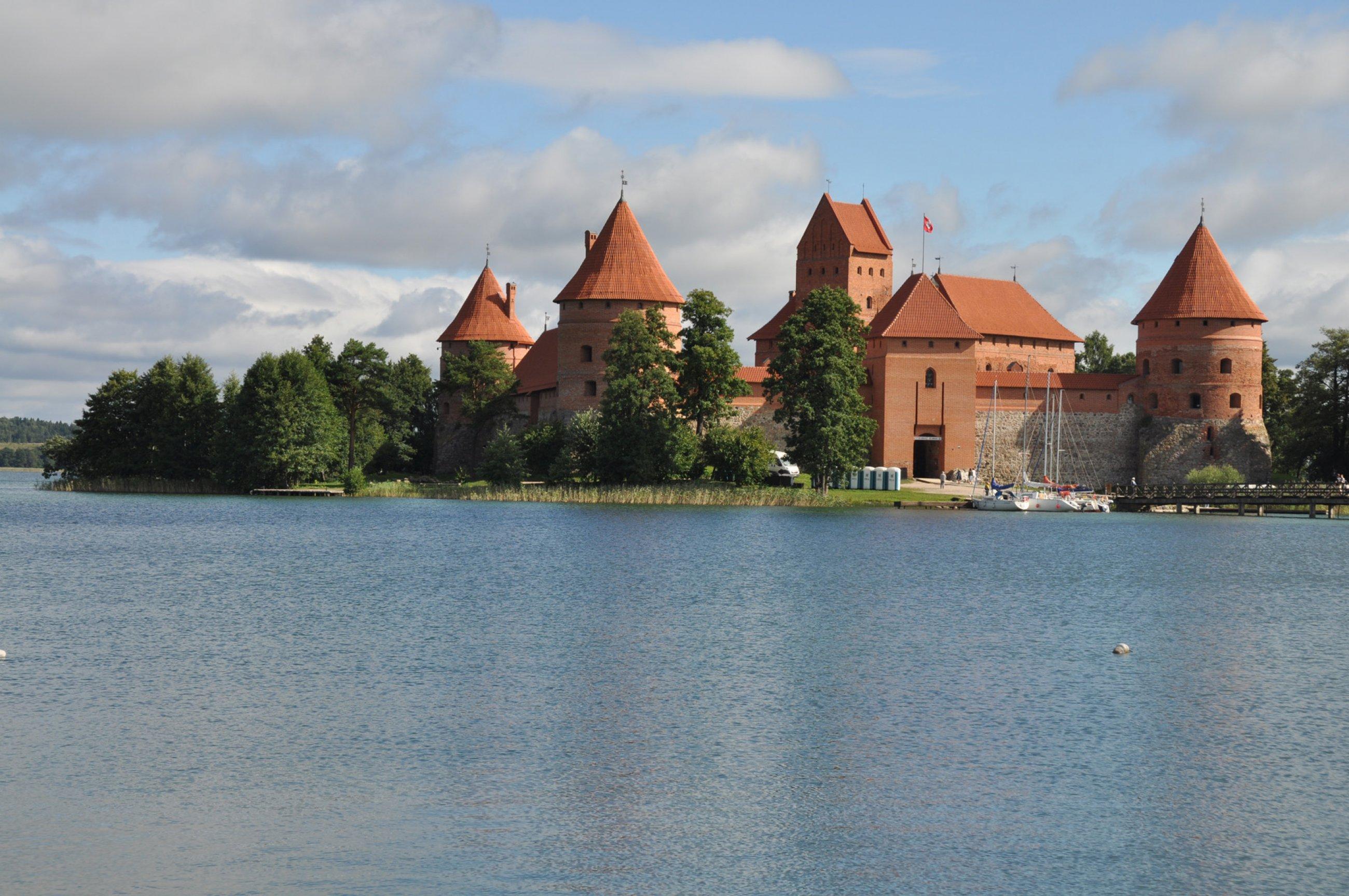 https://bubo.sk/uploads/galleries/7342/litva-hrad-trakaj.jpg
