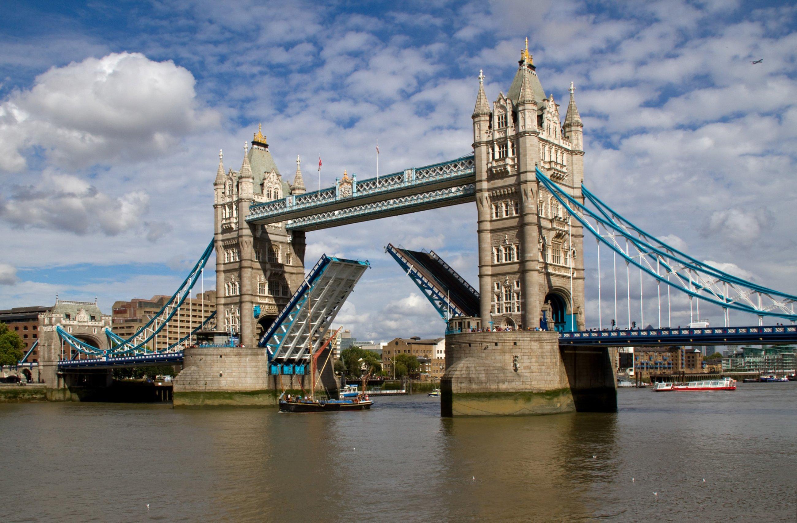 https://bubo.sk/uploads/galleries/7350/tower-bridge-open-6086268699-.jpg