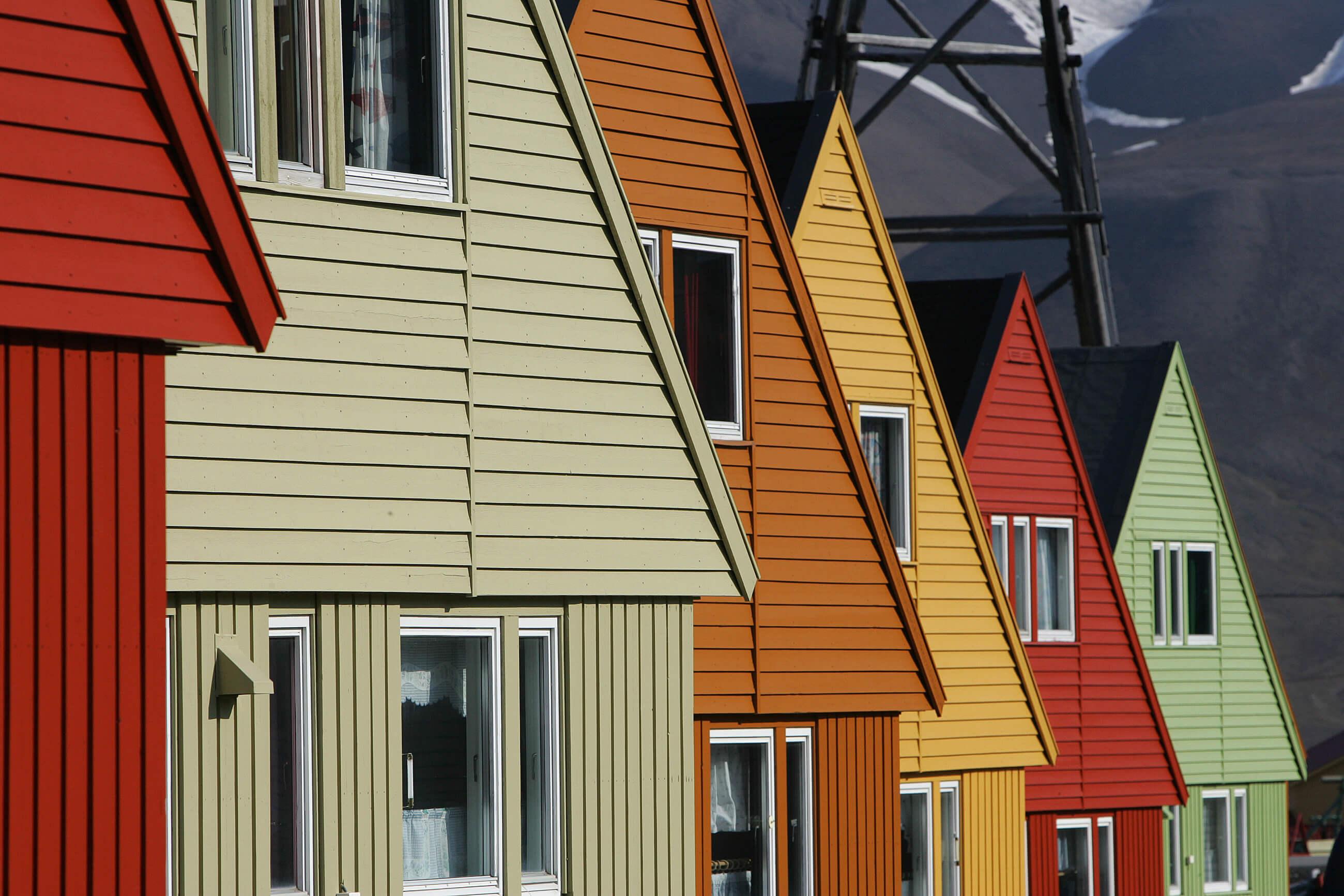 https://bubo.sk/uploads/galleries/7362/houses-longyearbyen-svalbard-hgr-42351--photo_nina__bailey-1.jpg
