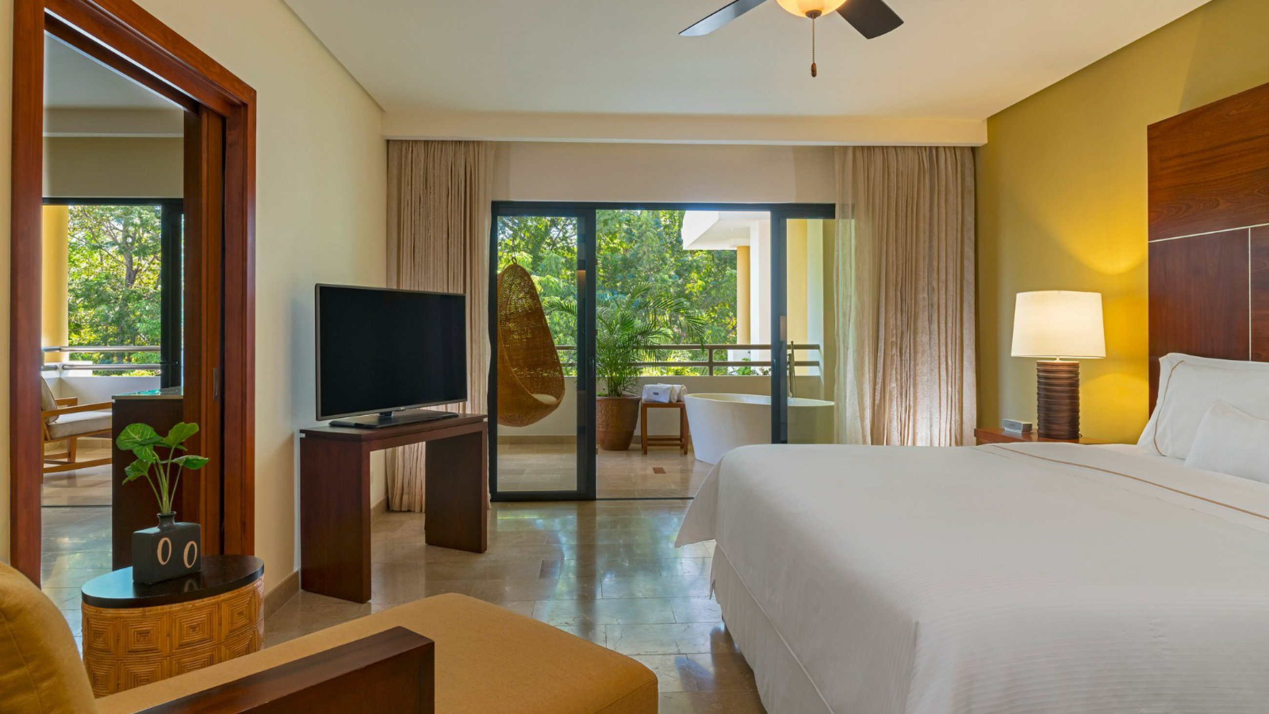 https://bubo.sk/uploads/galleries/7370/wes3560gr-186219-royal-beach-club-suite-guestroom.jpg