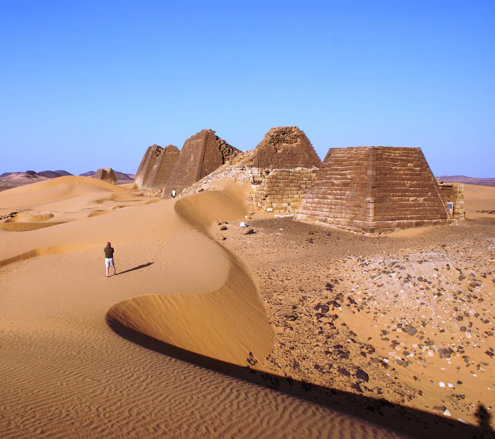 https://bubo.sk/uploads/galleries/7407/lubosfellner_sudan_5-mweroe-uplne-smay-nadhera-spali-sme-medzi-pyramidami.jpg