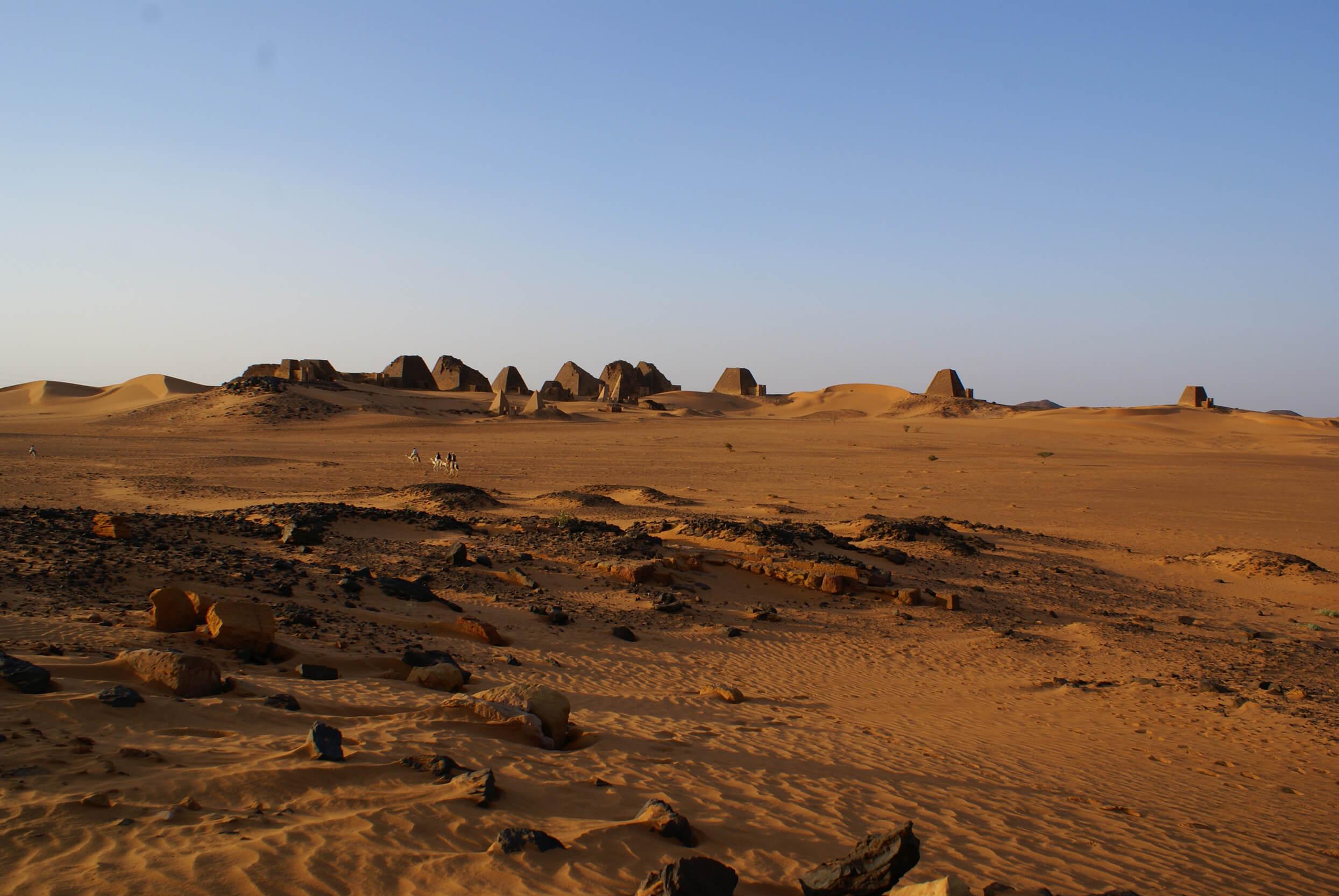 https://bubo.sk/uploads/galleries/7407/lubosfellner_sudan_pyramidy-a-tu-sme-spali-boli-sme-uplne-samy-1-.jpg
