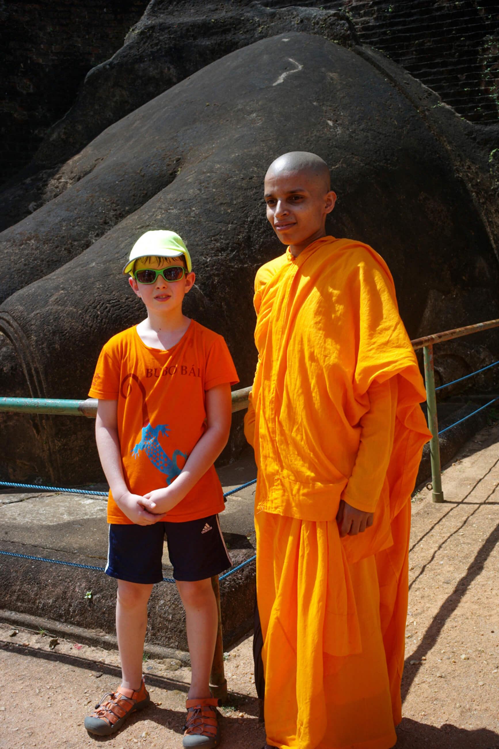 https://bubo.sk/uploads/galleries/7521/srilanka_family_stred-kultur.-matko-s-budhistickym-mnichom.jpg