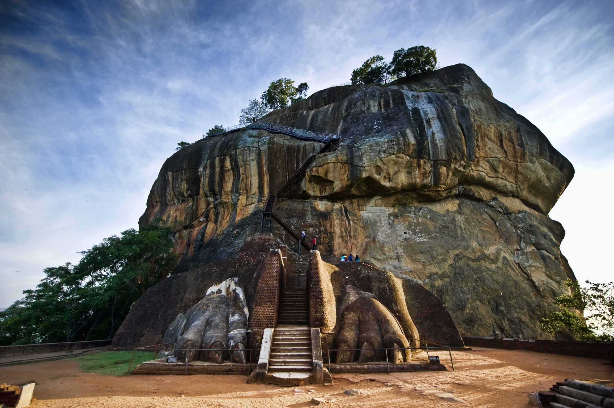 https://bubo.sk/uploads/galleries/7543/sri-lanka-lion-rock-sigiriya-dreamstime-xl-16813731.jpg